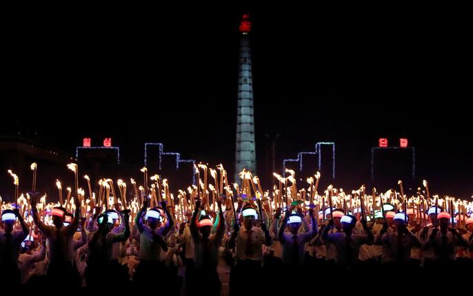 Cận cảnh màn đồng diễn đuốc rực lửa có 1 không hai ở Triều Tiên - Ảnh 15.