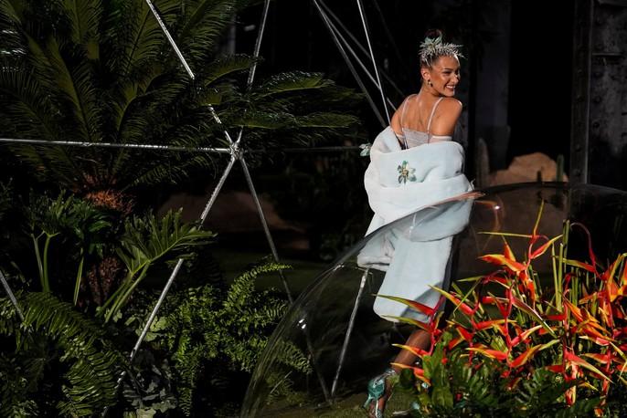 Siêu mẫu Gigi và Bella Hadid đẹp lạ với nội y Rihanna - Ảnh 8.