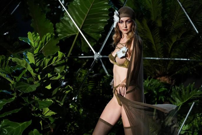 Siêu mẫu Gigi và Bella Hadid đẹp lạ với nội y Rihanna - Ảnh 4.