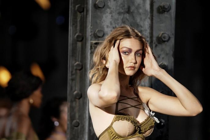 Siêu mẫu Gigi và Bella Hadid đẹp lạ với nội y Rihanna - Ảnh 1.