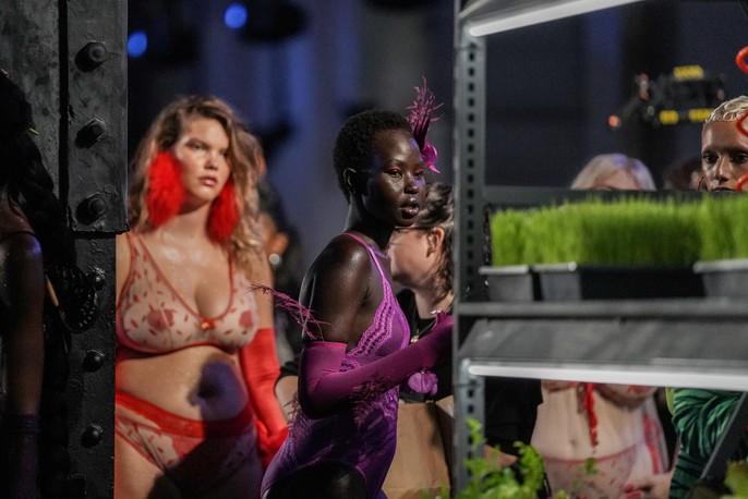 Siêu mẫu Gigi và Bella Hadid đẹp lạ với nội y Rihanna - Ảnh 24.