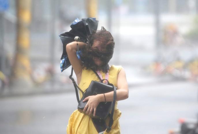 [Clip] - Bão Mangkhut xô nghiêng nhà cửa, người già ở Hồng Kông quyết không sơ tán - Ảnh 8.