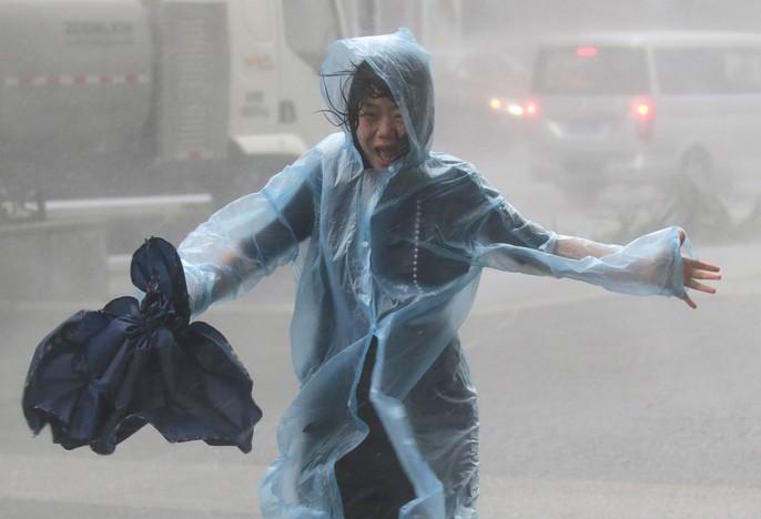 [Clip] - Bão Mangkhut xô nghiêng nhà cửa, người già ở Hồng Kông quyết không sơ tán - Ảnh 10.