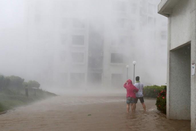 [Clip] - Bão Mangkhut xô nghiêng nhà cửa, người già ở Hồng Kông quyết không sơ tán - Ảnh 7.