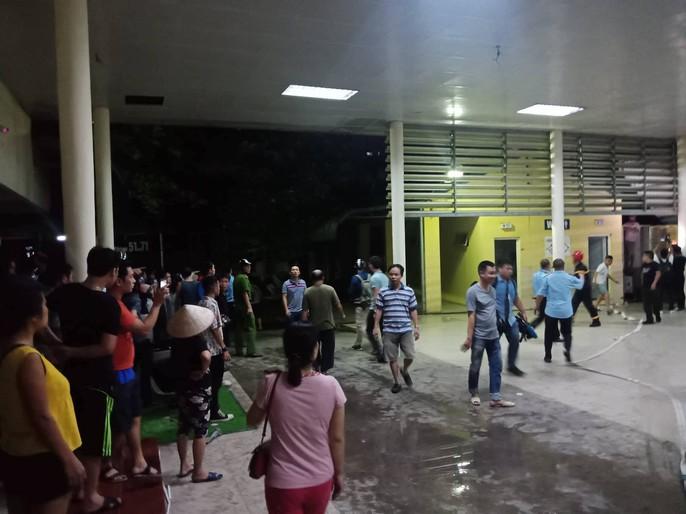 Cháy lớn sát bệnh viện Nhi: Mẹ ném bình sữa ôm con tháo chạy 2