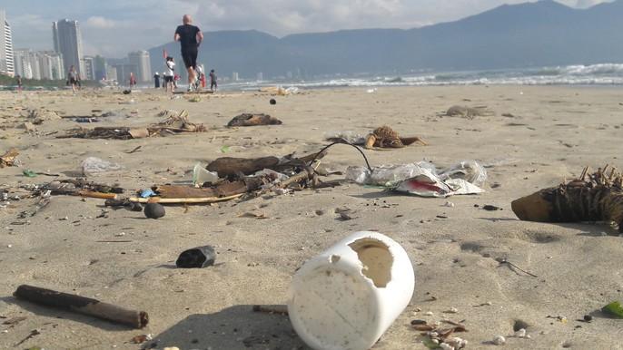 Hơn 7 tấn rác thải bủa vây 8km bờ biển Đà Nẵng - Ảnh 1.