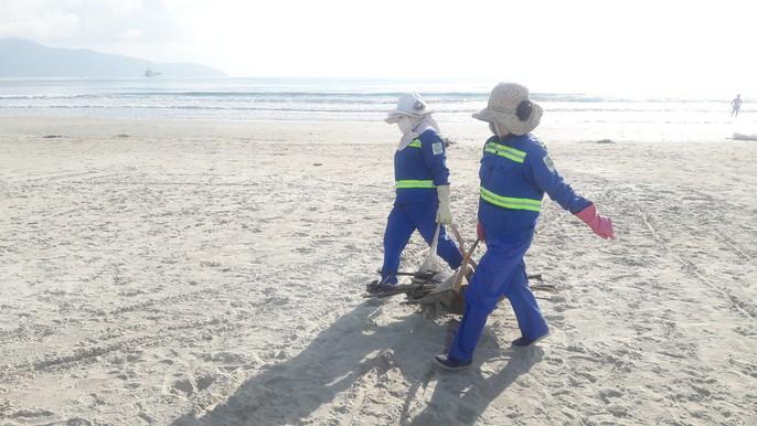 Hơn 7 tấn rác thải bủa vây 8km bờ biển Đà Nẵng - Ảnh 8.