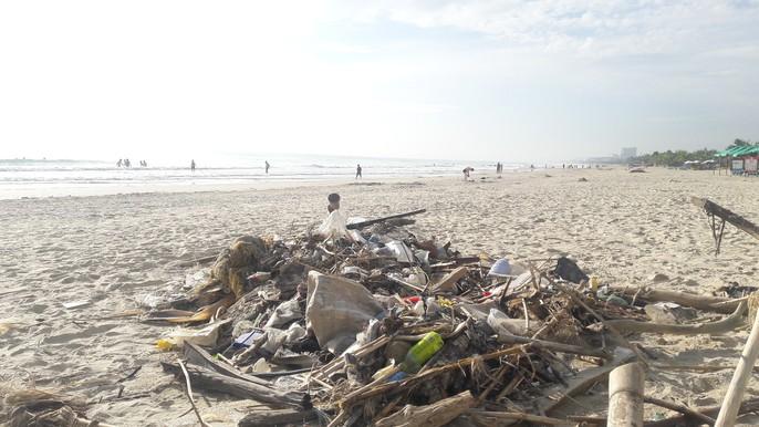 Hơn 7 tấn rác thải bủa vây 8km bờ biển Đà Nẵng - Ảnh 7.
