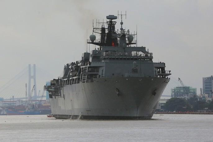 Ngắm tàu đổ bộ HMS Albion của Hải quân Anh đang thăm TP HCM - Ảnh 1.