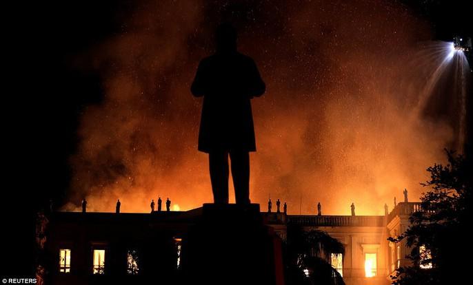 Cháy dữ dội bảo tàng trên 200 năm tuổi, chứa 20 triệu hiện vật - Ảnh 6.