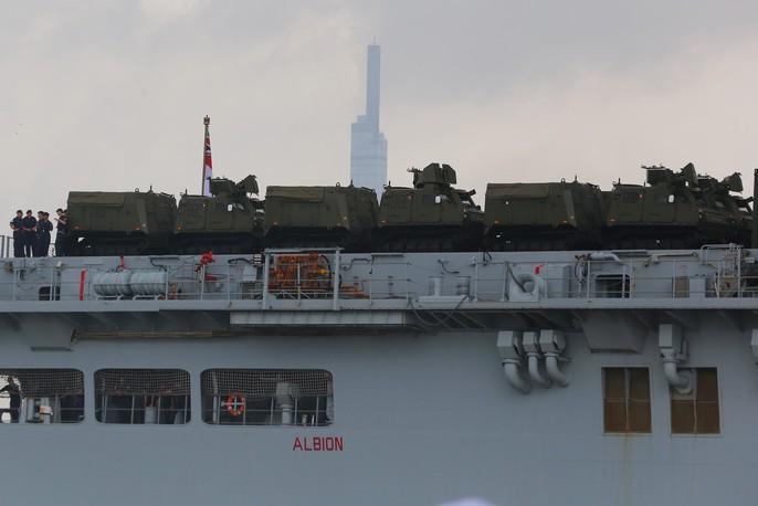Ngắm tàu đổ bộ HMS Albion của Hải quân Anh đang thăm TP HCM - Ảnh 4.