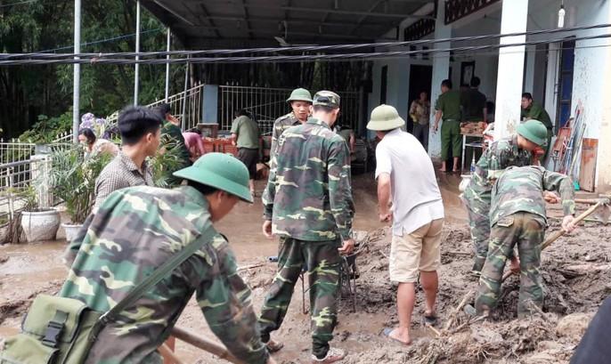 Bộ đội, công an lội bùn, lội suối giúp dân khắc phục mưa lũ - Ảnh 14.