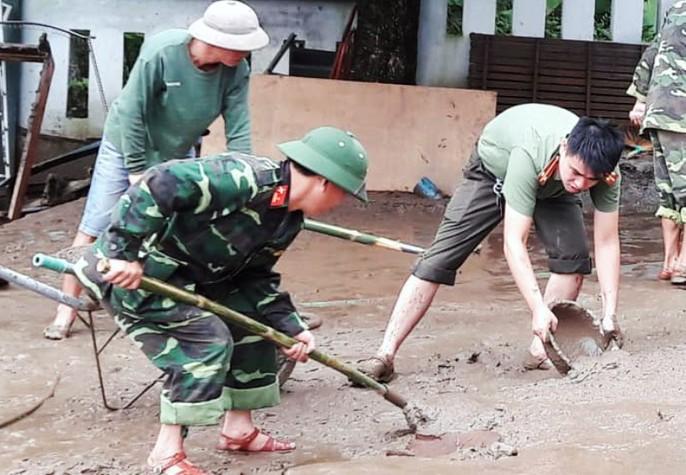 Bộ đội, công an lội bùn, lội suối giúp dân khắc phục mưa lũ - Ảnh 1.