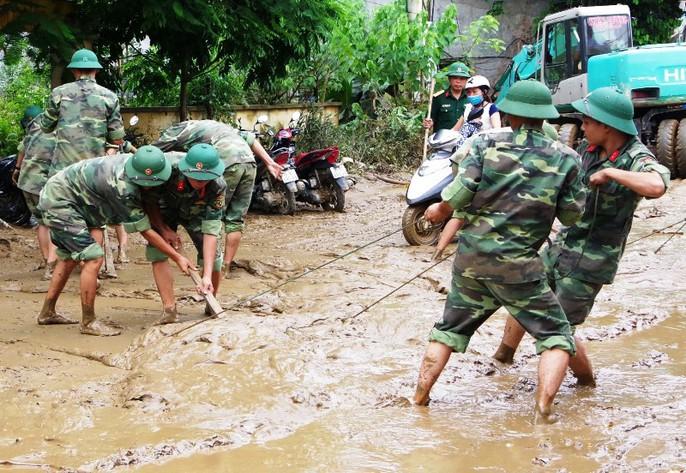 Bộ đội, công an lội bùn, lội suối giúp dân khắc phục mưa lũ - Ảnh 7.