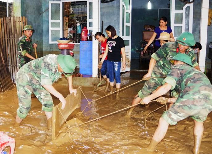 Bộ đội, công an lội bùn, lội suối giúp dân khắc phục mưa lũ - Ảnh 5.