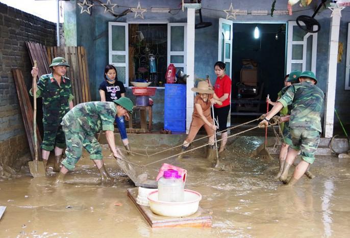 Bộ đội, công an lội bùn, lội suối giúp dân khắc phục mưa lũ - Ảnh 4.