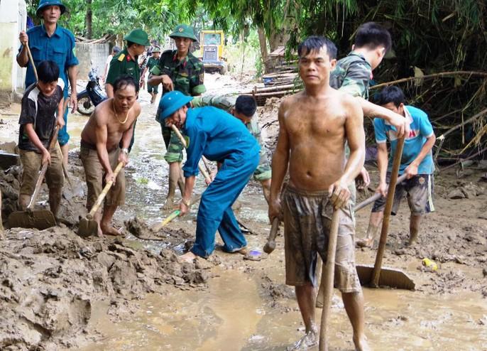 Bộ đội, công an lội bùn, lội suối giúp dân khắc phục mưa lũ - Ảnh 3.