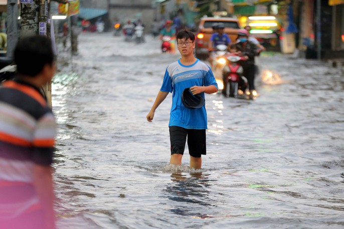 TP HCM: Mưa như trút nước, các con phố ngập sâu, xe chết máy la liệt - Ảnh 4.