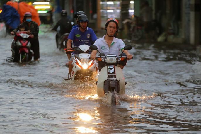 TP HCM: Mưa như trút nước, các con phố ngập sâu, xe chết máy la liệt - Ảnh 1.