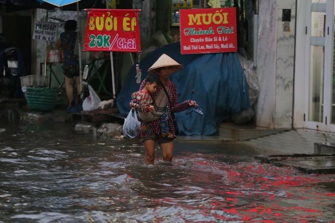 TP HCM: Mưa như trút nước, đường ngập sâu, xe chết máy la liệt - Ảnh 8.