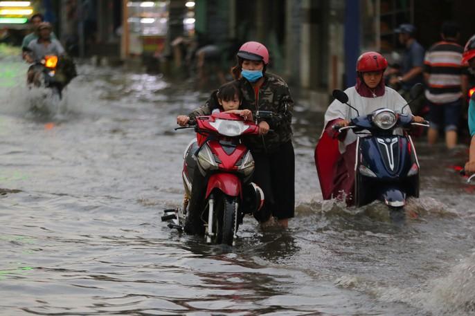 TP HCM: Mưa như trút nước, các con phố ngập sâu, xe chết máy la liệt - Ảnh 3.