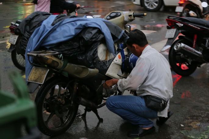 TP HCM: Mưa như trút nước, các con phố ngập sâu, xe chết máy la liệt - Ảnh 7.