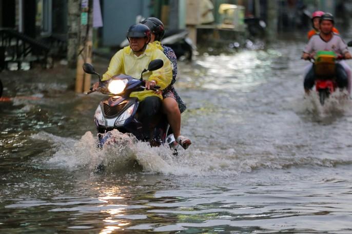 TP HCM: Mưa như trút nước, các con phố ngập sâu, xe chết máy la liệt - Ảnh 2.