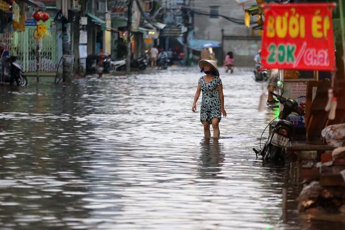 TP HCM: Mưa như trút nước, đường ngập sâu, xe chết máy la liệt - Ảnh 5.