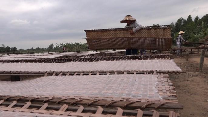 Bí quyết của làng nghề bánh tráng trăm năm phục vụ Tết - Ảnh 6.