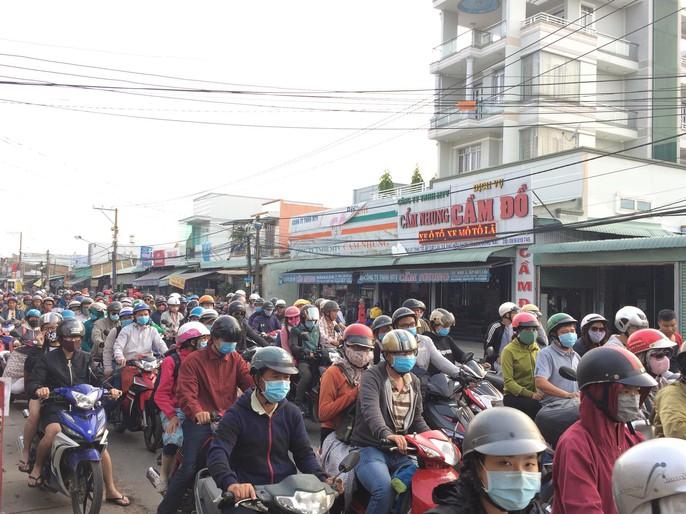 Người dân ùn ùn về TP HCM sau Tết Dương lịch - Ảnh 6.