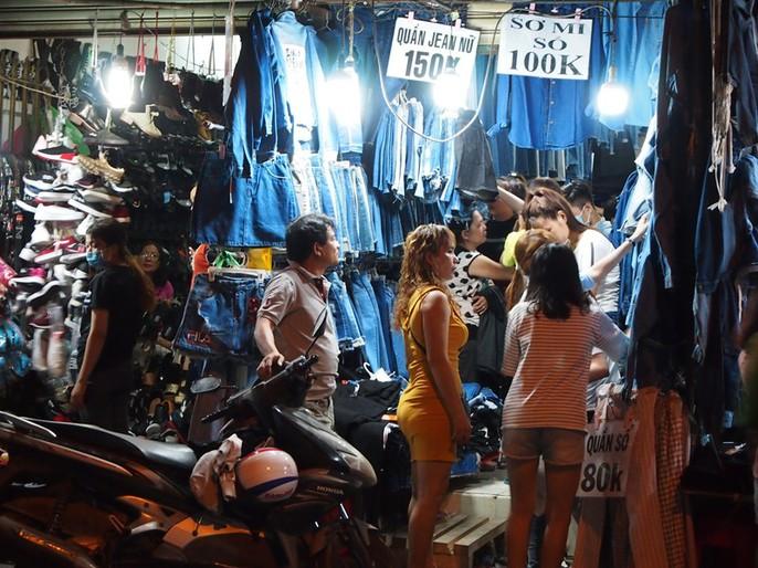 Công nhân rục rịch mua sắm Tết - Ảnh 1.