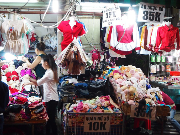 Công nhân rục rịch mua sắm Tết - Ảnh 2.