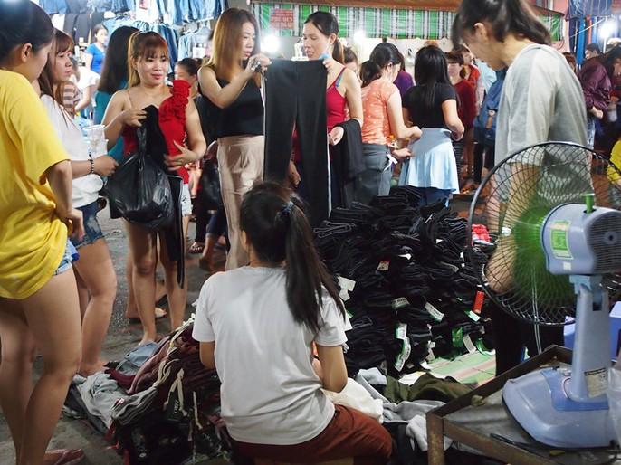 Công nhân rục rịch mua sắm Tết - Ảnh 5.