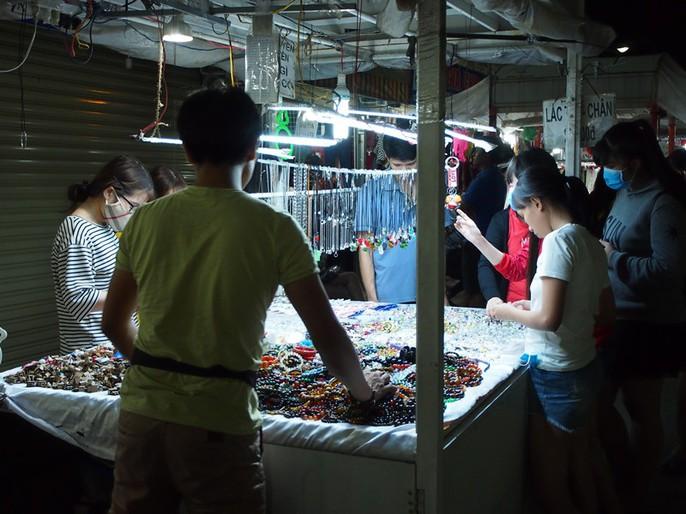 Công nhân rục rịch mua sắm Tết - Ảnh 12.