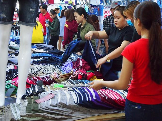 Công nhân rục rịch mua sắm Tết - Ảnh 25.