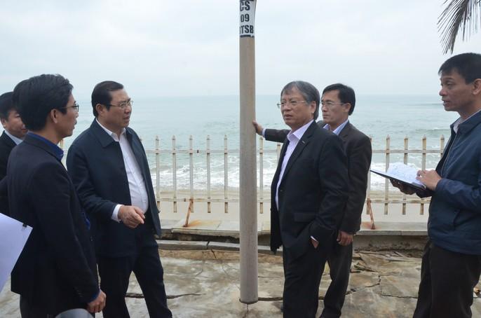 Chủ tịch Đà Nẵng thị sát bãi biển bị xâm thực - Ảnh 1.