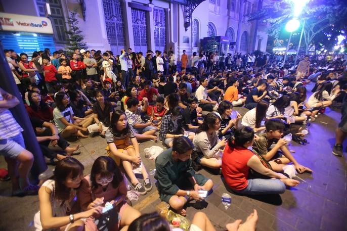 Người dân TP HCM mãn nhãn với pháo hoa mừng năm mới 2018 - Ảnh 1.