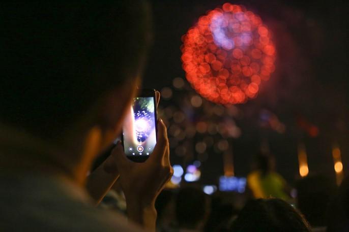 Người dân TP HCM mãn nhãn với pháo hoa mừng năm mới 2018 - Ảnh 9.