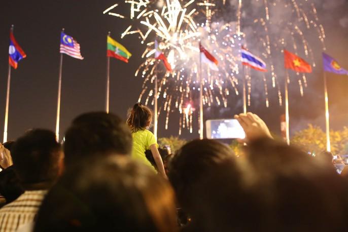 Người dân TP HCM mãn nhãn với pháo hoa mừng năm mới 2018 - Ảnh 6.