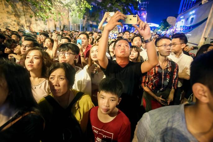 Người dân TP HCM mãn nhãn với pháo hoa mừng năm mới 2018 - Ảnh 11.