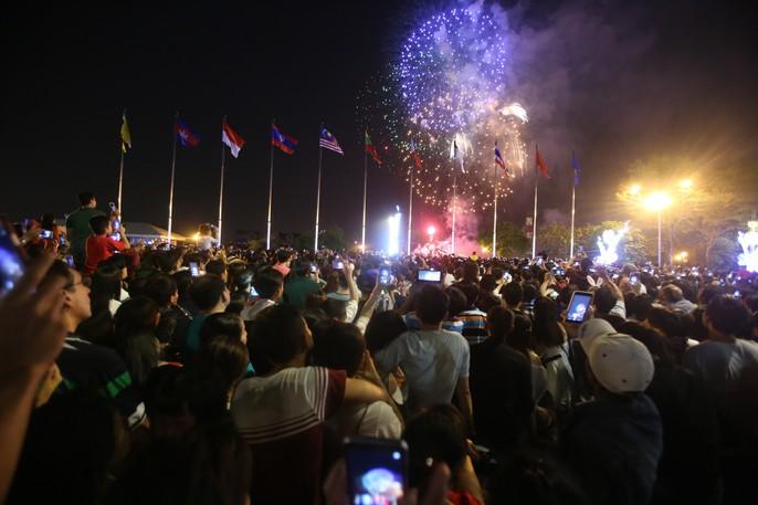 Người dân TP HCM mãn nhãn với pháo hoa mừng năm mới 2018 - Ảnh 7.
