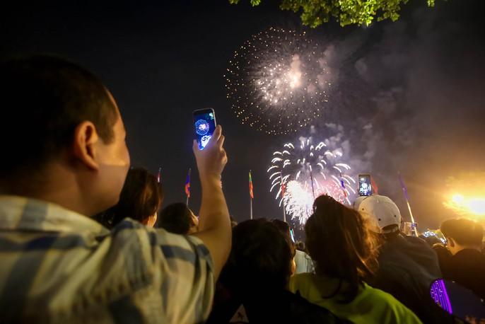 Người dân TP HCM mãn nhãn với pháo hoa mừng năm mới 2018 - Ảnh 4.