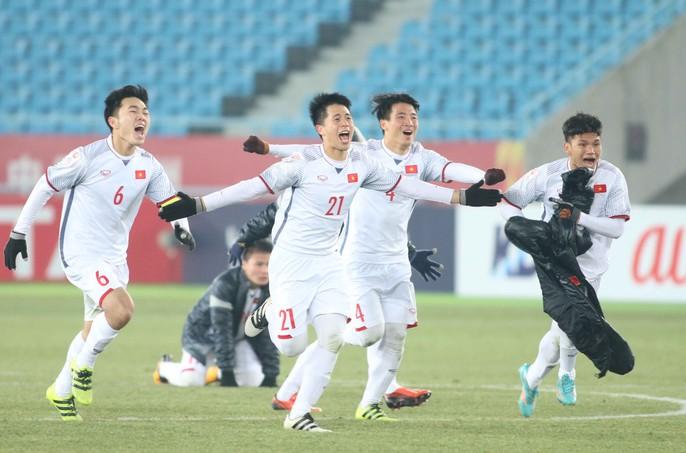 Chùm ảnh hạnh phúc của U23 VN sau chiến tích vào chung kết - Ảnh 2.