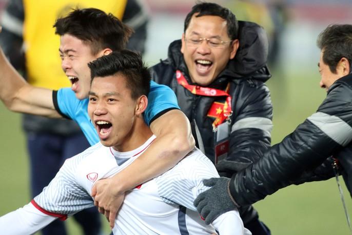 Chùm ảnh hạnh phúc của U23 VN sau chiến tích vào chung kết - Ảnh 1.