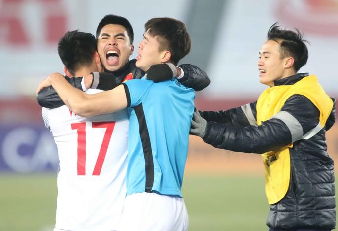 Chùm ảnh hạnh phúc của U23 VN sau chiến tích vào chung kết - Ảnh 3.