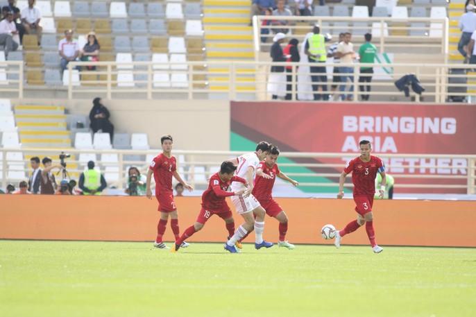 Clip: Công Phượng bỏ lỡ cơ hội đẹp, Việt Nam thua Iran 0-2 - Ảnh 2.