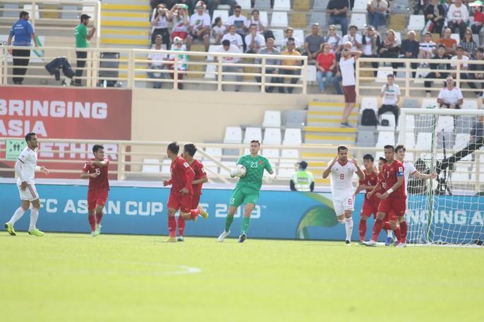 Clip: Công Phượng bỏ lỡ cơ hội đẹp, Việt Nam thua Iran 0-2 - Ảnh 3.