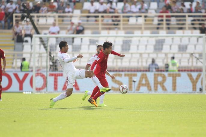 Clip: Công Phượng bỏ lỡ cơ hội đẹp, Việt Nam thua Iran 0-2 - Ảnh 4.