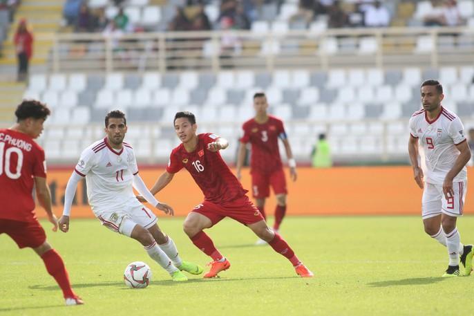 Clip: Công Phượng bỏ lỡ cơ hội đẹp, Việt Nam thua Iran 0-2 - Ảnh 8.