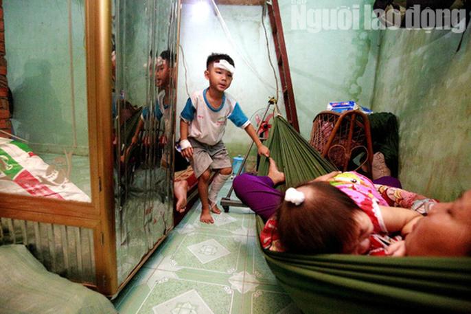 Vợ chồng chết dưới bánh container, 3 trẻ chơi vơi trong đêm đầu thiếu hơi cha mẹ - Ảnh 4.